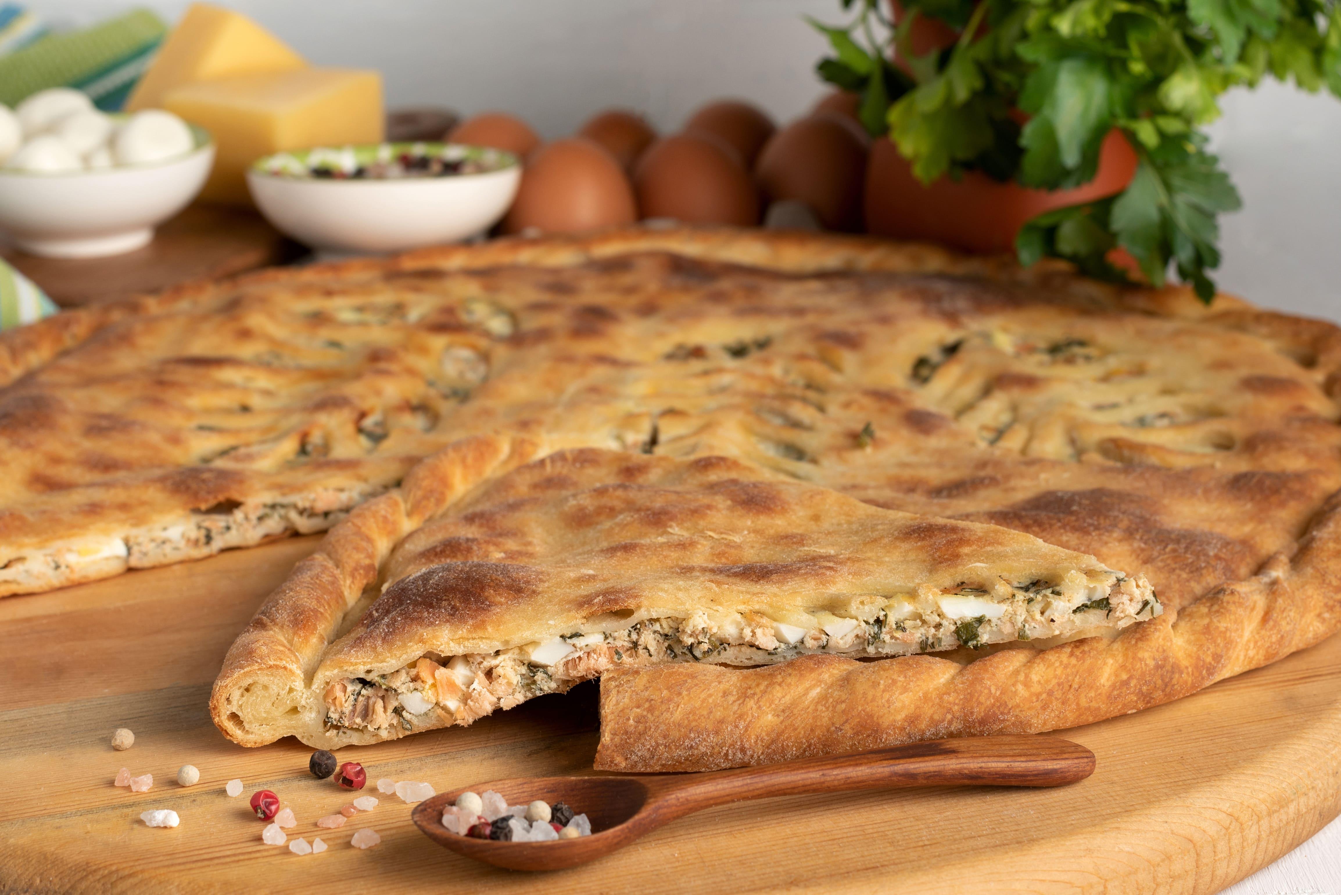 Пирог с кетой,яйцом и зеленью.