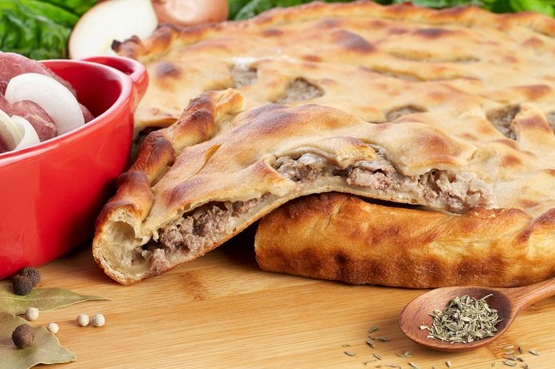 Пирог со свининой и говядиной.