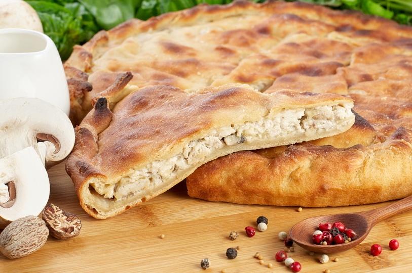 Пирог с куриной печенью и шампиньонами и белыми грибами