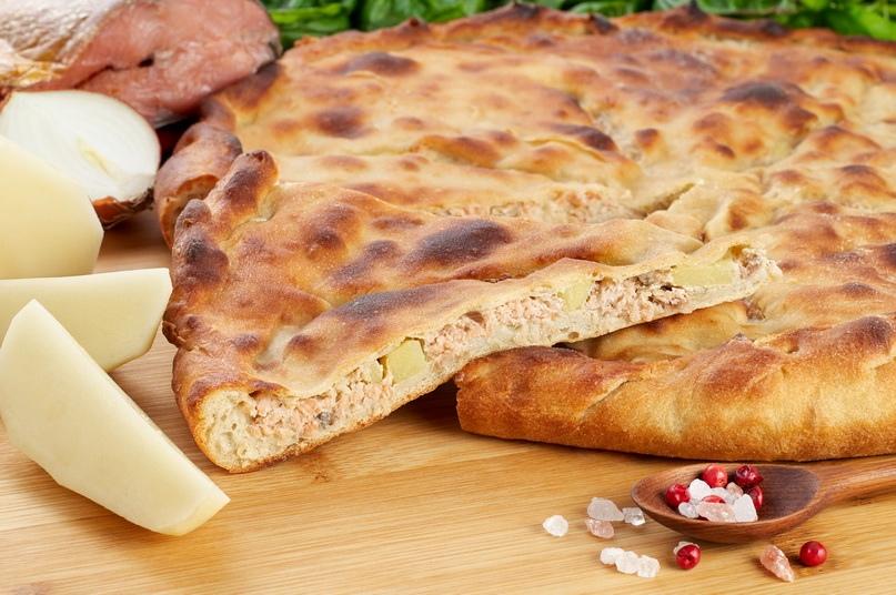Пирог с кетой, рубленым картофелем и луком